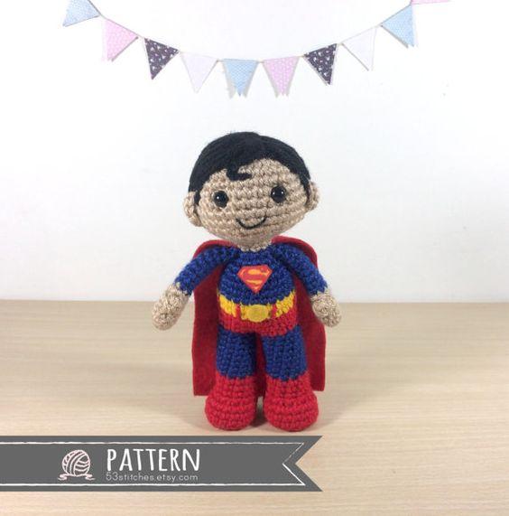 Este patrón es para la muñeca amigurumi de Superman en la foto.