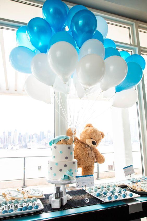 Teddy Bear et ballons bleus et blancs
