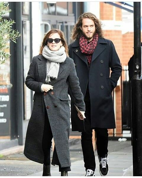 Emma Watson With Bf In 2020 Hermione Granger Outfits Emma Watson Winter Jackets