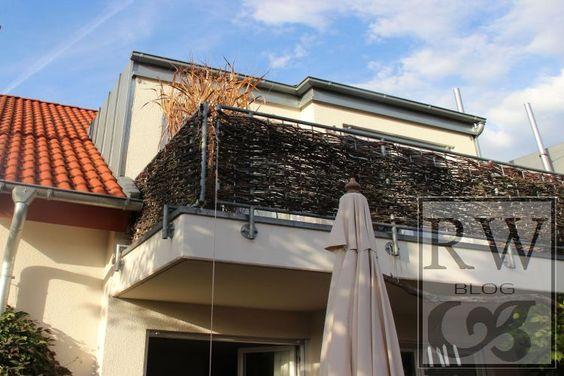 Sichtschutz für Balkon: Mit Weinrebenruten durchflechten.