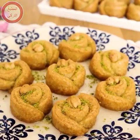 Lovely Oasis On Instagram حلى وردات السميد Elmatbakh Elturky Elmatbakh Elturky المكونات نصف كوب زبادى نصف كوب زيت 125 جرام زبدة Food Breakfast Muffin