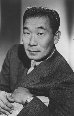 PHILIP AHN est un acteur américain né le 29 mars 1905 à Los Angeles, Californie, mort le 28 février 1978 à Los Angeles. Il est entre autres l'interprète de Maître Kan dans la série télévisée Kung Fu. Voir sa filmographie complète sur Wikipedia.