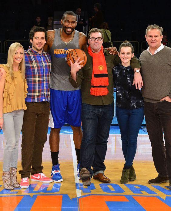 Joanne Froggatt, Rob James-Collie, Brendan Coyle, Sophie McShera et Hugh Bonneville posent avec le joueur de basket des New York Knicks Amare Stoudemire à Madison Square Garden en décembre 2012 à New York.