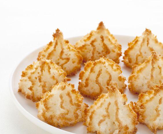 INGRÉDIENTS 250 g de noix de coco râpée 200 g de sucre semoule 3 blancs d'oeufs PRÉPARATION Mélangez le sucre et la noix de coco. Battez les blancs d'oeufs en neige ferme avec une pincée de sel. Mélangez délicatement les deux préparations. Préchauffez le four à 180°C (Th.6). Façonnez des rochers pyramidaux à la main
