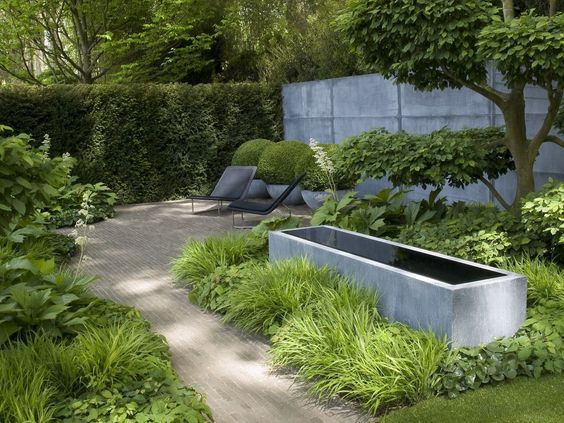 Modern containers and furniture with somewhat traditional design Chelsea 2008 | Tom Stuart-Smith