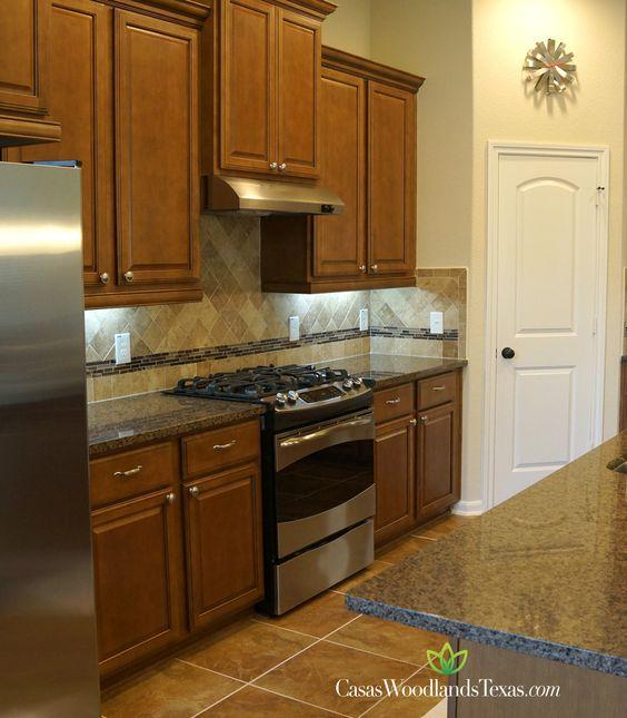 Su cocina cuenta con amplios gabinetes electrodom sticos - Cocinas con encimeras de granito ...