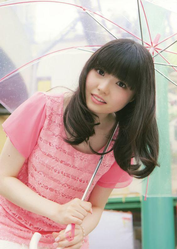 傘をさす麻倉ももさん
