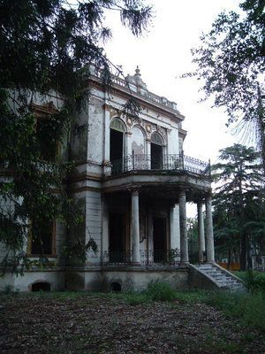 These old Southern homes have always fascinated me. Beautiful and such history...& of course the ghostly aspect.