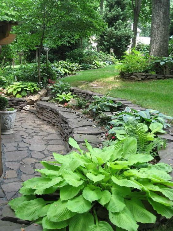 Steinerne mauer im garten gestalten im schatten stufen und for Gartenplatz gestalten
