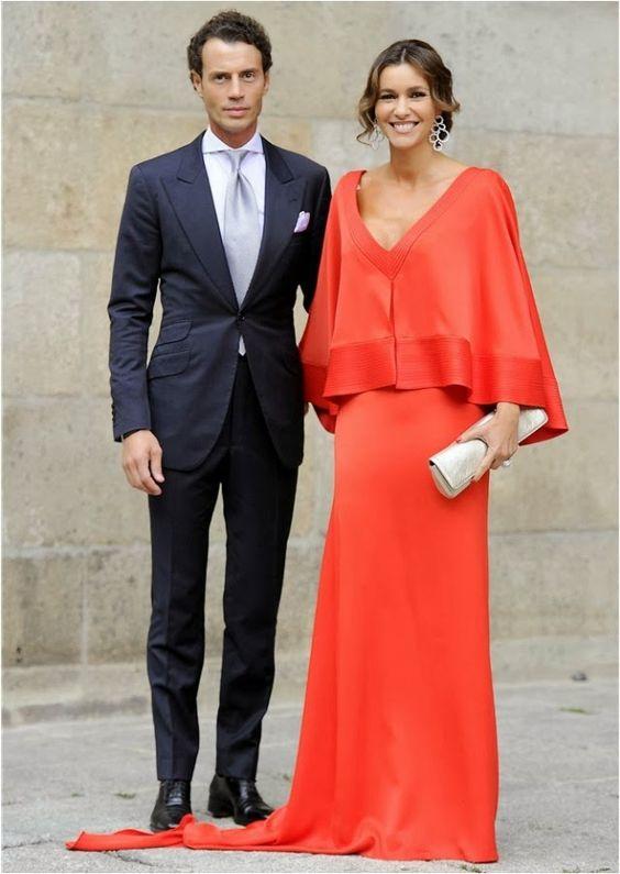 Arantxa del Sol de color coral con un vestido de corte capa muy favorecedor de la diseñadora Juana Martín