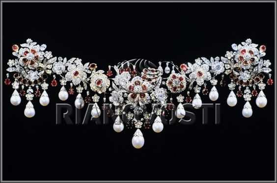 Brooch-Bando (Flower Fantasy) of the Russian Diamond Fund in Moscow.