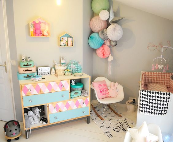 Chambre bébé aux couleurs roses, pêche et vert menthe