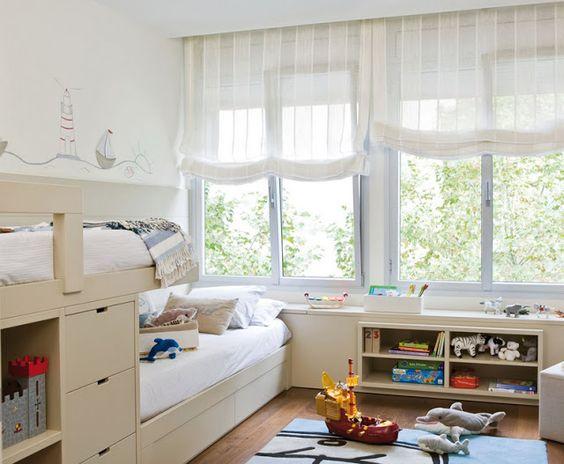 Habitación infantil con estores paqueto confeccionados con tejido visillo. Fuente: Vera Moraes.