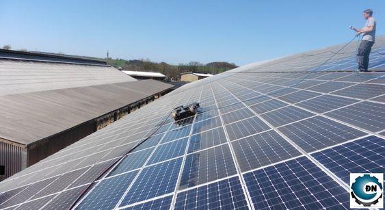 Một robot đang vệ sinh tấm pin mặt trời