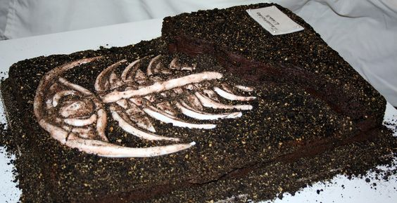Trilobite Fossil Cake!! So Clever! I wish there was a demo for this one. How did they make the trilobite?