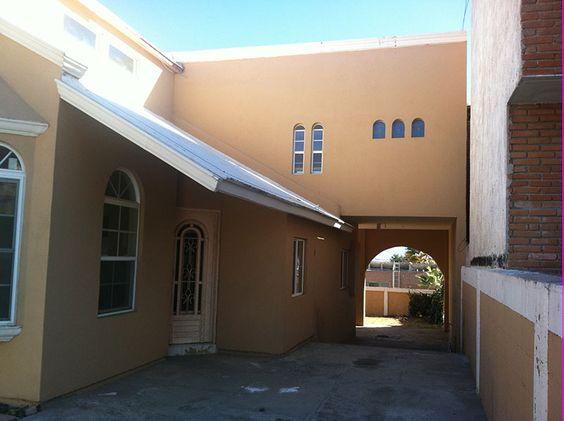 Tiene 4 recámaras, sala, comedor, estancia, 3 baños completos ...