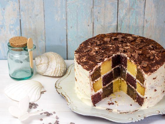 Hier zeige ich, wie man mit drei verschiedenen Kuchen (Schoko, Vanille, Espresso) einen beeindruckenden dreifarbigen Schachbrettkuchen backen kann.