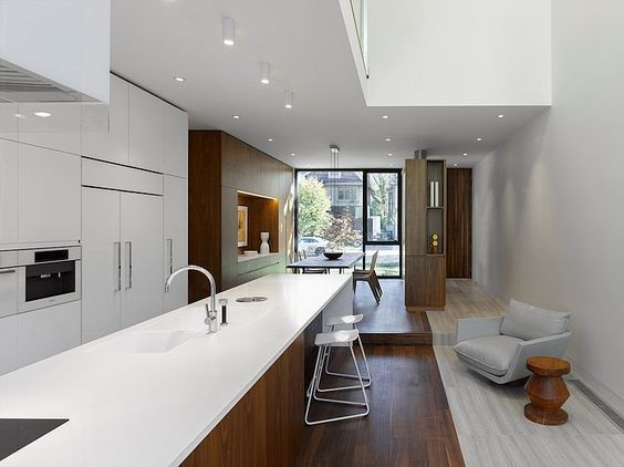 Open woonkamer met keuken en parketvloer in moderne woning ...