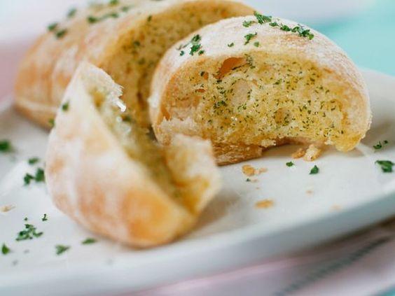 Knoblauch-Weißbrot ist ein Rezept mit frischen Zutaten aus der Kategorie Zwiebelgemüse. Probieren Sie dieses und weitere Rezepte von EAT SMARTER!