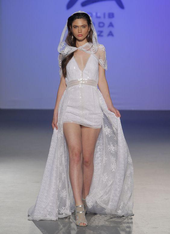 Los hiperfemeninos trajes de novia ibicencos de Charo Ruiz (desfile en Madrid) #vestidosdenovia #vestidosibicencos #adlib @Charo Ruiz Ibiza