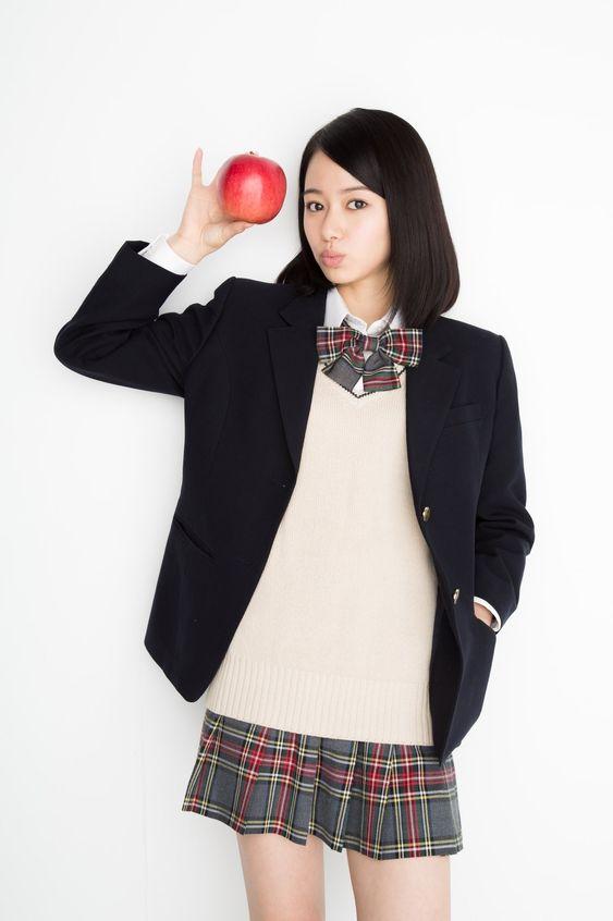 りんごを持つ山本舞香