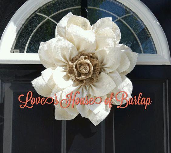 Cette fleur blanche toile de jute est un complément parfait à nimporte quel décor. Il peut être utilisé comme une couronne ou comme décoration