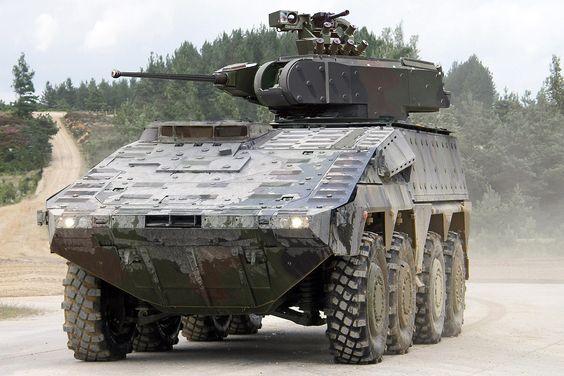 Rheinmetall und MAN haben den VW Amarok für den militärischen Einsatz fit gemacht. Mit Maschinengewehr auf dem Dach spielt der Pick-up ganz bewusst den fiesen Schurken.