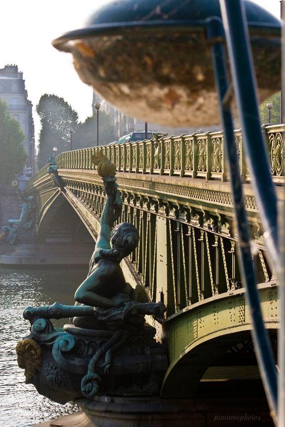 Sous le Pont Mirabeau coule la Seine... et mes amours ? Faut-il qu'il m'en souvienne ? La joie venait toujours après la peine... #architecture #paris