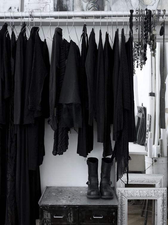 Kıyafet seçmek zor değil, nasılsa mükemmel gözükeceksiniz! :) #black #allblackeverything