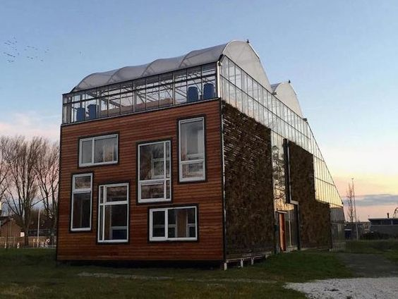 http://ecoinventos.com/familia-holandesa-vive-en-casa-invernadero-produciendo-sus-propios-alimentos/