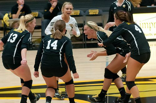 The Uw Oshkosh Titans Women S Volleyball Team Celebrated After Earning A Point Against Uwsp On Sept 26 20 Women Volleyball Volleyball Team Fitness Motivation
