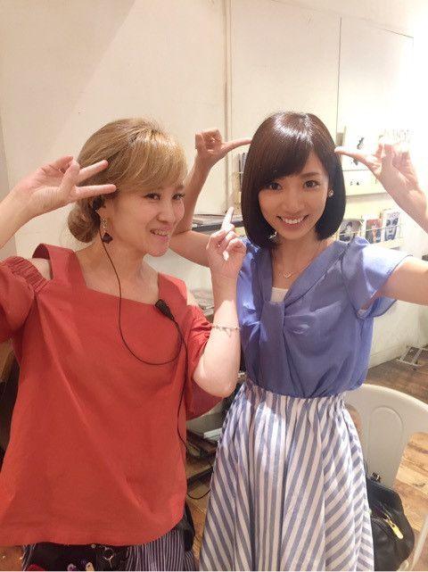 内田敦子爽やかなカラーのファッションで美容院