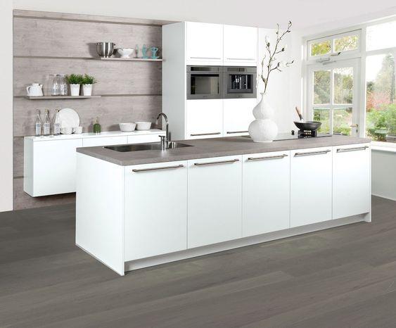 Royale en luxe keuken met moderne apparatuur en kookeiland. Het ...