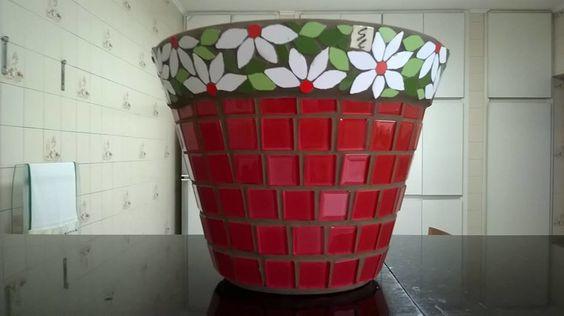 Vaso de cerâmica revestido em pastilhas de vidro e mosaico em azulejos nas bordas.
