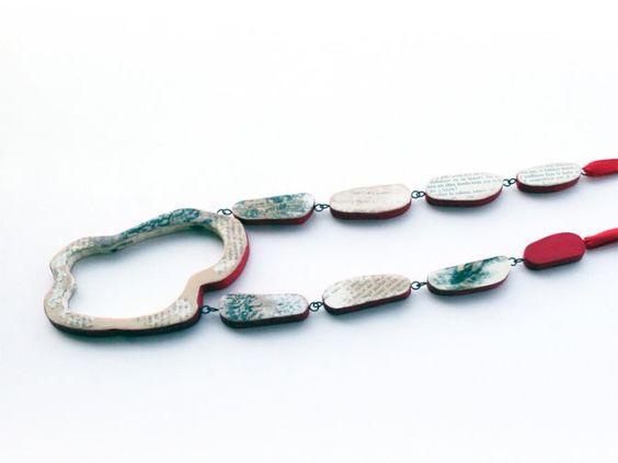 """Isabel Tristan - Collar """"Paraules buides""""   - fusta, fuls de llibre, alpaca, pintura acrílica, cinta de cotó - llarg 540 mm. peça central 80x120 mm"""