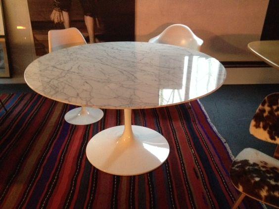 ronde tulp tafel  van eero saarinen met een blad van italiaans arabescato marmer