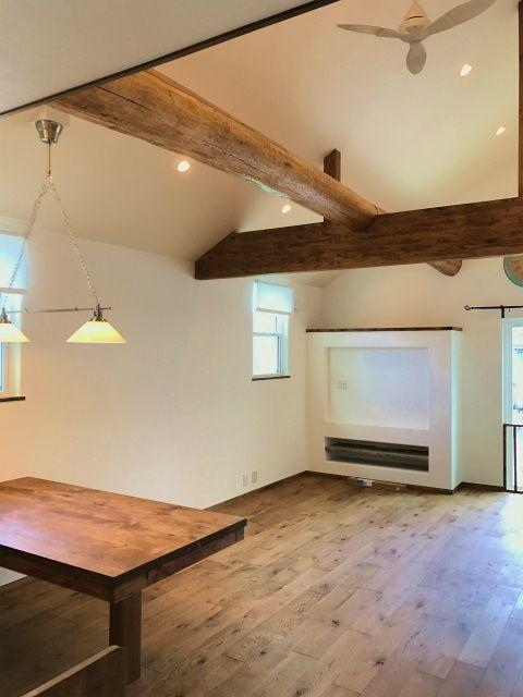 リビングは勾配天井 最高高さは4m 丸太は圧巻 壁は当社一押しの漆喰のデコプロヴァンス ミツロウワックスが仕上げてあるので汚れにくい ハウスデザイン リビング キッチン 天井