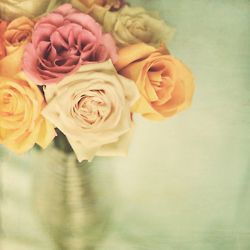 Great pic of pretty roses in a vase.