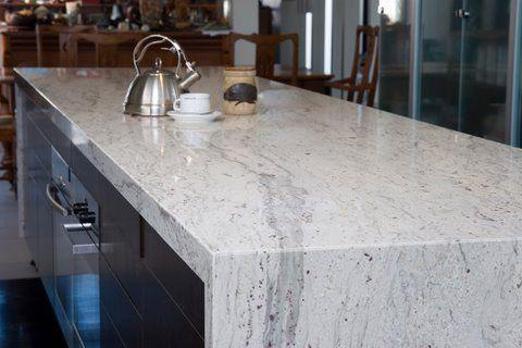 River White Granite Love This Stone Brings You The Marble Look Without The Bri Granito Branco Bancadas De Cozinha Em Granito Cozinhas Brancas Modernas