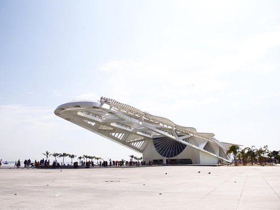 Estou a caminho da Patagônia. Na minha primeira escala parei no Rio por algumas horas e decidi conhecer o Museu do Amanhã.  Não só o Museu mas toda área ao redor é incrível. Já estou pensando em vir aqui num futuro próximo pra passar mais tempo. by tatorocha