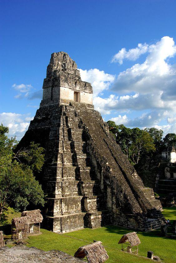 La ciudad maya de Tikal. Uno de los lugares más sorprendentes del mundo. Parque nacional en Guatemala Tikal es uno de los mayores yacimientos arqueológicos y centros urbanos de la civilización maya precolombina