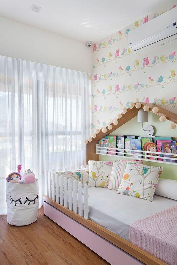 Decoração de apartamento. No quarto infantil, cama infantil de madeira, cama casinha, prateleira de livros, cesto de brinquedos.  #decoracao #decor #details #casadevalentina