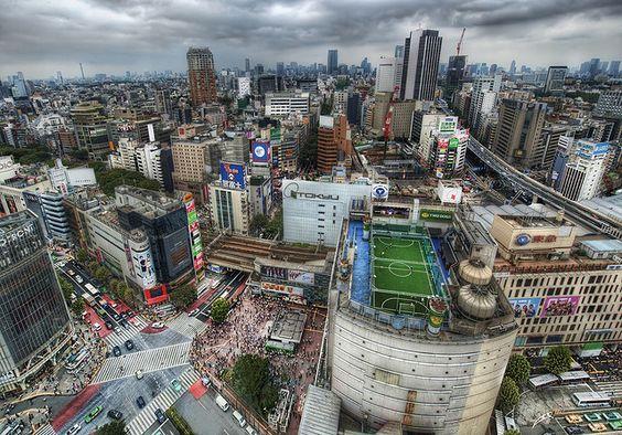 Una cancha de fútbol en la azotea de un edificio en Tokyo: