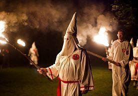 2-Sep-2014 10:29 - DE BRANDENDE KRUIZEN EN WITTE MUTSEN ZIJN TERUG. De Ku Klux Klan - de Amerikaanse, racistische organisatie bekend van brandende kruizen en mensen in witte pakken met puntmutsen - blijkt massaal...