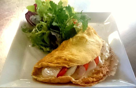 Omelette von frischen Landeiern, gefüllt mit Tomate-Mozzarella und Pesto, dazu Blattsalat und Baguette