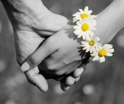 """""""Grandes e longos amores são pontuados por esses pequenos - grandes detalhes. Quando os amores percebem a grandiosidade das coisas simples da vida tudo ganha contornos delicados e harmoniosos. E o amor ganha proporções gigantescas. São as coisas simples então que fazem do amor algo tão complicado de entender, tão gostoso de sentir, tão gostoso de amar... simples assim!..."""" (marla de queiroz)"""
