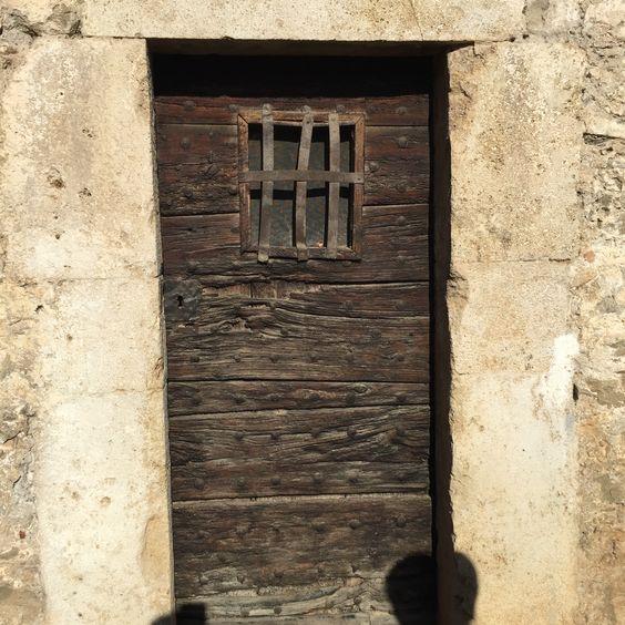 típico puerta antiguo en Besalú