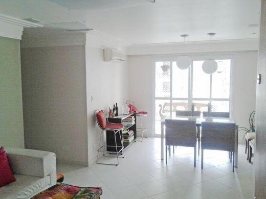 REF AP1871 - Apartamento para venda na Praia da Enseada em Guarujá, localizado na região dos restaurantes - lado praia (200 metros da praia), sala 2 ambientes com ar condicionado, varanda gourmet, 3 dormitórios com ar condicionado (sendo 1 suíte com sacada e armários), banheiro social, cozinha com armários e área de serviço. 2 vagas de garagem, 102 m² de área útil e lazer.