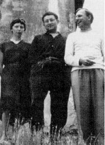 Guy Debord (1931-1994) est un écrivain, essayiste, cinéaste et révolutionnaire français. C'est lui qui a conceptualisé1 la notion sociopolitique de « spectacle », développée dans son œuvre la plus connue, La Société du spectacle (1967). Debord a été l'un des fondateurs de l'Internationale lettriste (1952-1957) puis de l'Internationale situationniste (1957-1972), dont il a dirigé la revue française.