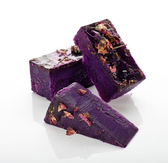 Ooh La La - Lavendelzeep hoeft helemaal niet saai of slaapverwekkend te zijn! Vaak wordt lavendel-olie gebruikt omdat het een kalmerende werking op je geest heeft. Maar als je lavendel met andere ingrediënten mengt en daar Ooh La La zeep van maakt, wordt het ronduit sexy!     Ooh La La is een limited edition zeep die alleen online te koop is.